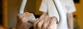 Früher wurde Pflege oft innerhalb der Familie organisiert. Das ist heute immer seltener möglich.