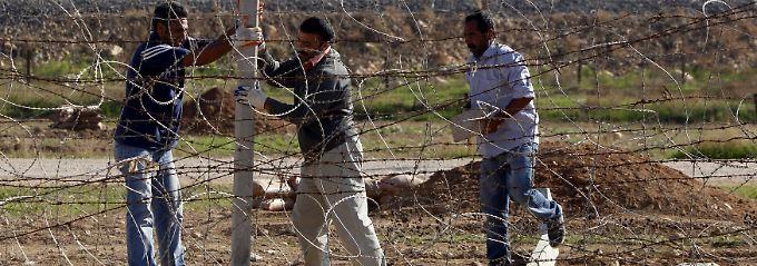 Türkische befestigen eine Grenzanlage zu Syrien.