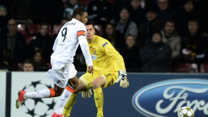 Den Fairplay-Preis wird Luiz Adriano nicht gewinnen. Der überraschte Torhüter Jesper Hansen musste den Brasilianer gewähren lassen.