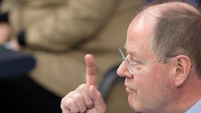 Steinbrück erhebt den Zeigefinger und sieht die Regierung in der Pflicht.