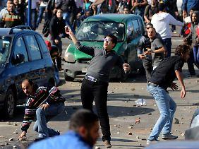 In Alexandria bewerfen sich Anhänger und Gegner des Präsidenten mit Steinen.