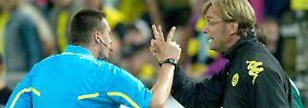 Einspruch, euer Ehren: BVB-Coach Jürgen Klopp interveniert beim Schiedsrichter.