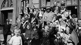 Spontane Freudenfeier nach der Befreiung von Maastricht durch die Amerikaner, 25. September 1944.