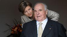 Helmut Kohl und seine Frau Maike Kohl-Richter im Eingang des Wohnhauses in Ludwigshafen-Oggersheim.