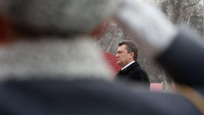 Janukowitsch am Grabmal des unbekannten Soldaten in Moskau.