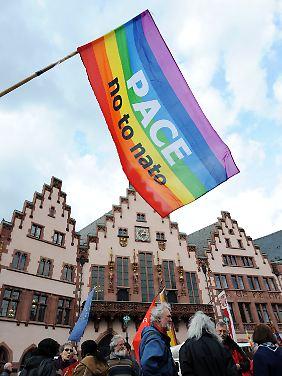 Bei der Abschlusskundgebung der Ostermärsche auf dem Römerberg in Frankfurt.