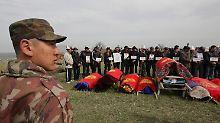 Die Särge der Toten sind in die Nationalfarben gehüllt.