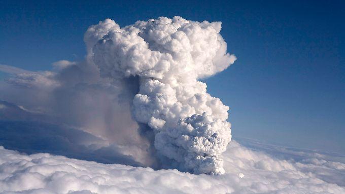 Der Rauch reicht mittlerweile bis in sechs Kilometer Höhe.