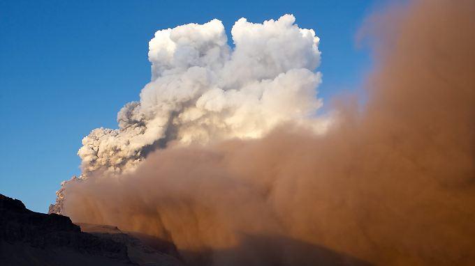 Der isländische Vulkan spuckt eine riesige Aschewolke in die Luft.
