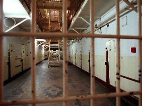 ...bei denen innerhalb von zwei Monaten mehr als 3432 Gefangene im Schnellverfahren zu Haft- und Todesstrafen verurteilt wurden.