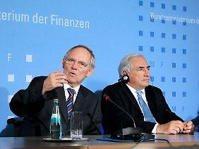 Hilfsbereit: Der Präsident der Europäischen Zentralbank Trichet (links), IWF-Chef Strauss-Kahn und Bundesfinanzminister Schäuble (Mitte).