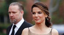 Sandra Bullock lässt sich von ihrem untreuen Ehemann, Jesse James, scheiden und zieht ihren im Januar adoptieren Sohn Louis nun alleine groß.