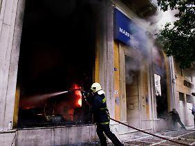 Zeitweilig waren bis zu 25 Menschen in dem brennenden Gebäude eingeschlossen.
