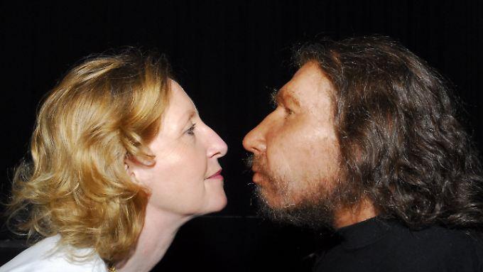Auge in Auge nit dem Urahn: Die Direktorin des LVR-LandesMuseums in Bonn, Gabriele Uelsberg und die Nachbildung eines Neandertalers.