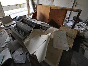 Alte Dokumente fliegen durch die Räume in der Tschaikowskistraße 51.