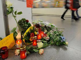 Blumen und Kerzen erinnern im U-Bahnhof Jungfernstieg in Hamburg an den erstochenen 19-Jährigen.