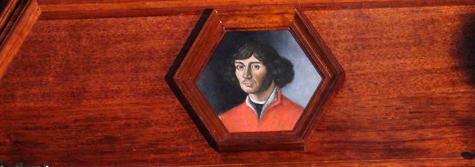 In diesem Sarg befinden sich die sterblichen Überreste von Nikolaus Kopernikus.