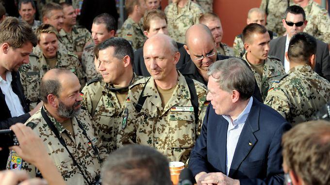 Köhler im Gespräch mit Soldaten im deutschen Feldlager in Masar-i-Sharif.