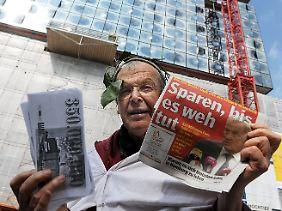 Zu teuer: Ein Demonstrant protestiert neben der Elbphilharmonie.