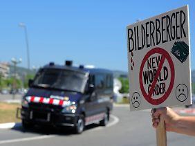 Vor dem Tagungsort protestieren Kritiker gegen die elitäre Gruppe.