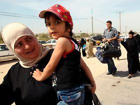 Eine Palästinenserin verlässt am Übergang Rafah den Gazastreifen in Richtung Ägypten.