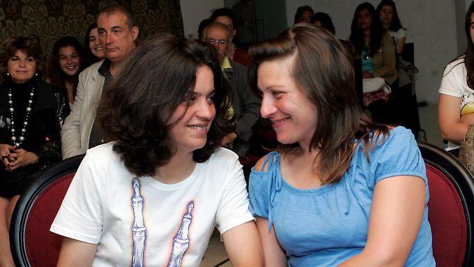 Teresa Pires (l) und Helena Paixão trauen sich.