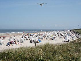 Tagsüber kann es eng werden: Am Hauptstrand von Wangerooge stehen die Strandkörbe dicht an dicht.