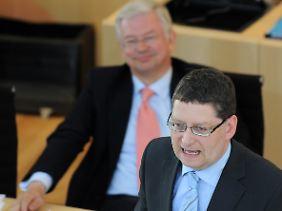 Koch beobachtet während der Plenarsitzung im hessischen Landtag den SPD-Fraktionsvorsitzenden Thorsten Schäfer-Gümbel.