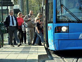 Auch beim Stehen im Bus verbraucht der menschliche Körper mehr Energie als beim Sitzen.