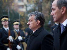 Ungarns Ministerpräsident hat guten Grund, besorgte Miene zu machen: Sein Rückhalt in der Bevölkerung ist zerbröckelt. Versucht er sich mit dem neuen Wahlgesetz verzweifelt an der Macht zu halten?