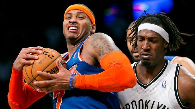 Carmelo Anthony (l.) von den Knicks im Zweikampf mit Gerald Wallace.