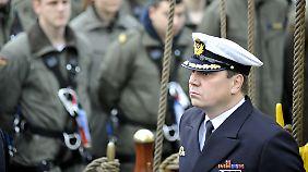 Kapitän zur See Helge Risch spricht zu seiner Mannschaft.