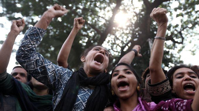 Angestellte der Textilindustrie in Bangladesch schreien ihre Wut heraus. Sie fordern einen besseren Brandschutz.