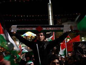 Public Viewing in den Palästinensergebieten: Die Rede von Präsident Abbas vor den Vereinten Nationen wurde auf Großbildschirmen übertragen.