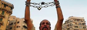 In Ketten gelegt von den Islamisten - so fühlen sich viele der Männer und Frauen, die dieser Tage in Ägypten demonstrieren.