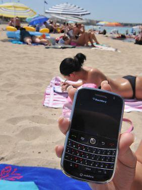 Moderne Handys verleiten dazu, auch im Urlaub mal nachzusehen, was die Kollegen machen.