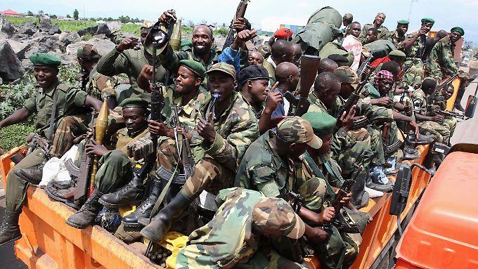 Rebellen der M23-Miliz verlassen zu Hunderten Goma.