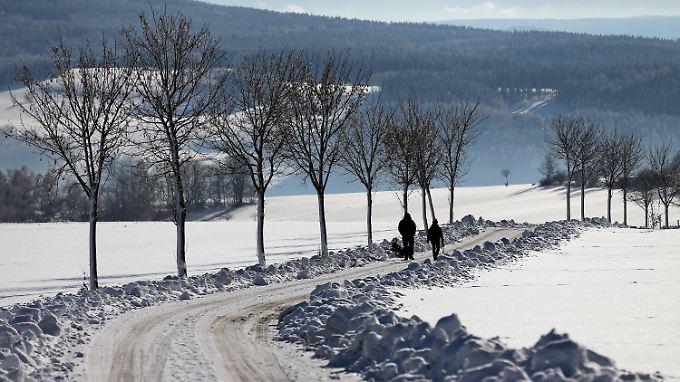 Bei Lößnitz in Sachsen liegt eine weiße Schneedecke auf dem Land.