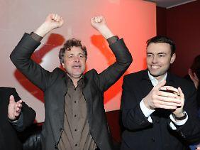 Mentrup (l.) und SPD-Landeschef Schmid bejubeln den Wahlsieg in Karlsruhe.