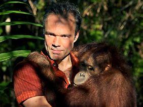 """2008 drehte Hannes Jaenicke seine erste Dokumentation in der Reihe """"Im Einsatz für ..."""" über die vom Aussterben bedrohten Orang Utans."""