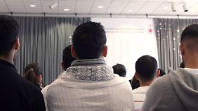 """Jugendliche mit Migrationshintergrund bei der Auftaktveranstaltung """"Integration durch Bildung"""" im türkischen Haus in Berlin."""