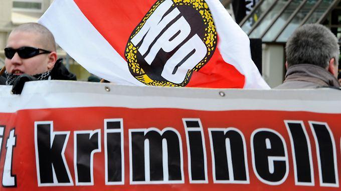 Mehr als 2.600 Belege haben Bund und Länder über die Verfassungsfeindlichkeit der NPD gesammelt - etwa auf Demonstrationen.