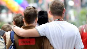 Schwules Paar beim Christopher Street Day.