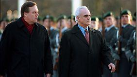 Der Inbegriff griechischer Korruption: der frühere griechische Verteidigungsminister Tsochatzopoulos (r.) - hier mit seinem damaligen deutschen Amtskollegen Volker Rühe.