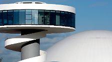 """Als einen herben Rückschlag empfand Niemeyer 2011 die Nachricht über die Schließung des von ihm errichteten Kulturzentrums in der nordspanischen Stadt Avilés, das er einmal als sein """"liebstes Projekt"""" beschrieb."""
