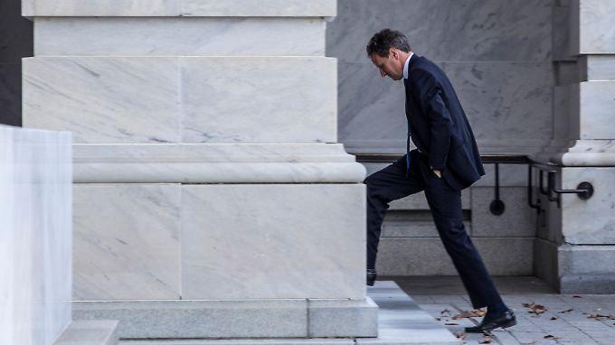 """Ohne Perspektive auf eine Einigung, setzt Finanzminister Geithner alles auf eine Karte: Die USA sollen über die """"Klippe"""" springen."""