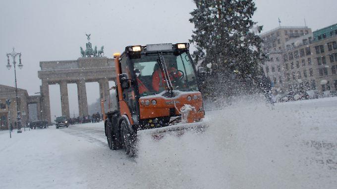 Auch um das Brandenburger Tor weht der Schnee.