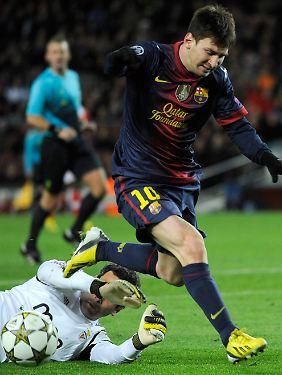 Fataler Zusammenprall: Nach der Parade von Benfica-Keeper Artur ging Messi zu Boden.