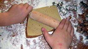 Kinder sind ganz wild auf die Plätzchenbäckerei.