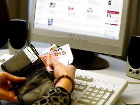 Spezielle Onlineportale kombinieren den Einkauf mit einer Spende. Verbraucherschützer halten nicht viel von dieser Variante.